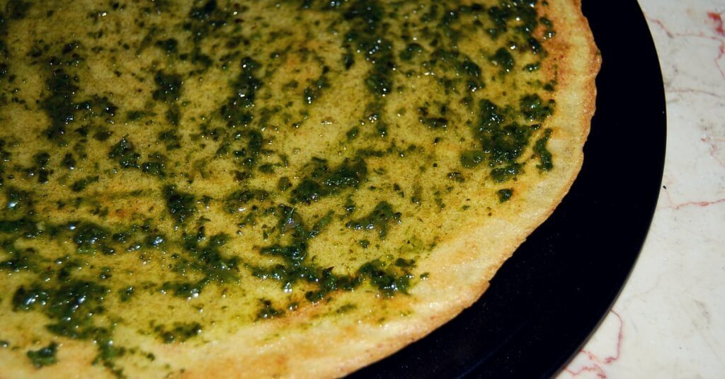 Pesto pizza with gluten-free vegan quinoa pizza crust | recipe from accidentallycrunchy.com
