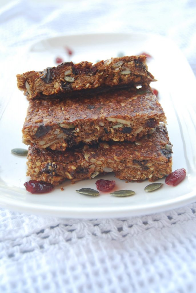 These easy to make homemade granola bars are a naturally gluten-free and vegan breakfast bar idea that will fuel your body through the day | find more great allergy-friendly recipes at accidentallycrunchy.com