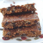 Delicious, healthy flourless homemade granola bars that take just minutes to prepare. Start your day right with these delicious and superfood-packed breakfast bars. Kid approved. | Find more healthy, allergy-friendly recipes at accidentallycrunchy.com
